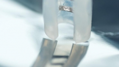 Implantable device to stimulate vagus and modulate stimulation