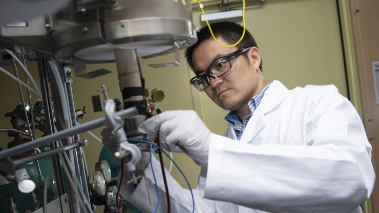 Yu Chen tests new fuel cell