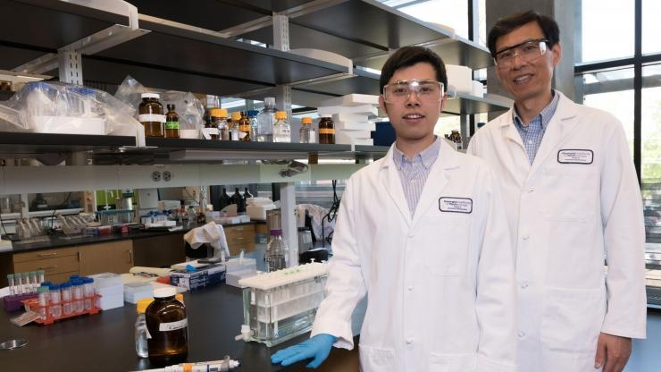 Wu and Xiao in Wu's lab
